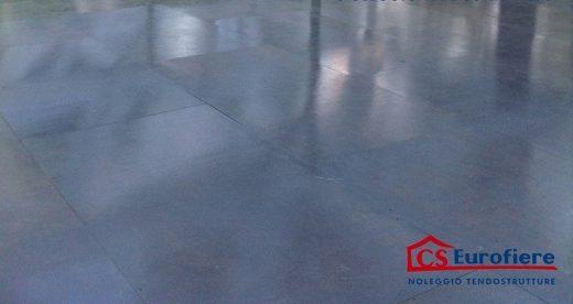 Pavimento realizzato con pedane grigie in legno