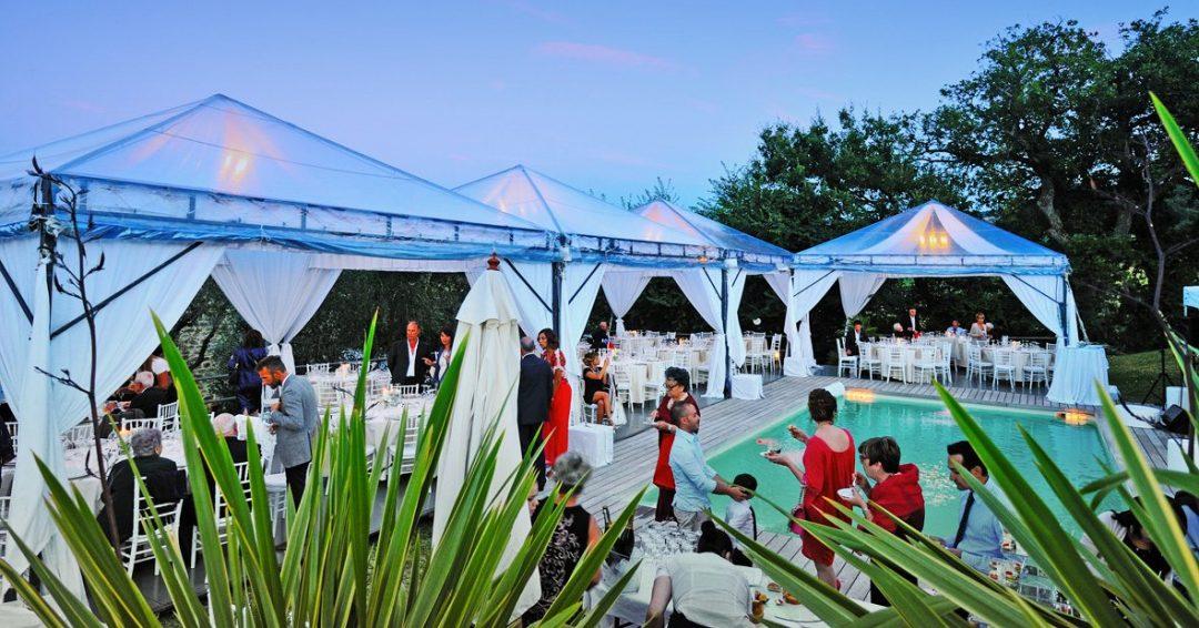 Matrimonio Elegance bordo piscina ad Arcevia